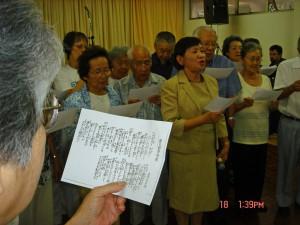暁星学園OB会で、昔を偲びながら勤労寮歌を合唱する皆さん