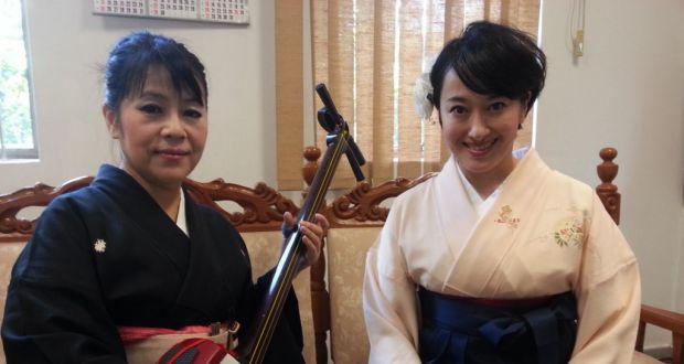 無事到着した春野恵子さん(右)と曲師(三味線伴奏)の一風亭初月さん