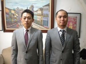 佐藤領事(左)と中山副領事