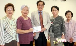 坂和副会長とビラ・カロン文協の婦人部ら