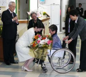 森井さんから紀子さまへ花束贈呈