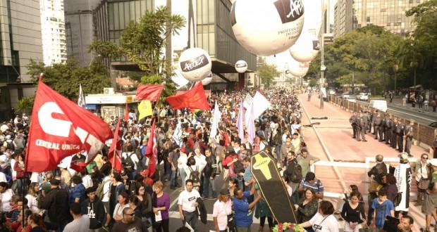 今年6月、ストを行っている時のAEOESPのデモの様子(Inacio Teixeira/Coperphoto/Apeoesp)