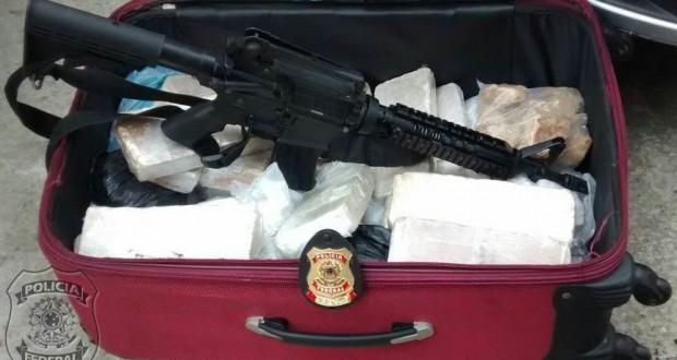 9月にリオ市北部イニャウマで押収されたライフルと麻薬(Policia Federal)