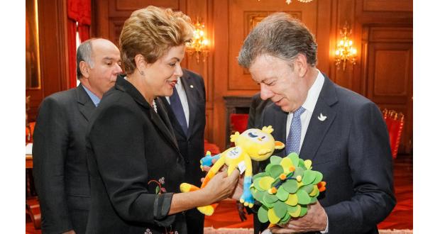 リオ五輪、パラリンピックのマスコットをプレゼントするジウマ大統領(左)とサントス大統領(ボゴタにて、Roberto Stuckert Filho/PR)