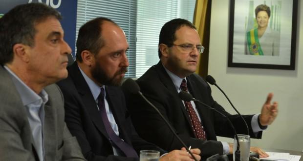 4日の記者会見でのAGUアダムス長官(中央)ら(Antonio Cruz/Agência Brasil)