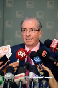 あくまで冷静を装って、記者の質問に答えるクーニャ下院議長(Foto: Gustavo Lima/Câmara dos Deputados)