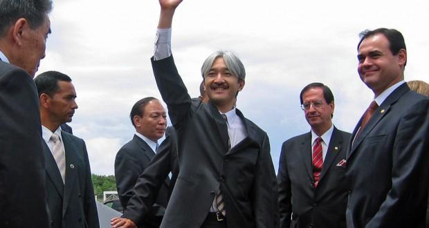 06年11月1日、パラグアイ移住70周年で移住者に手をふる秋篠宮殿下