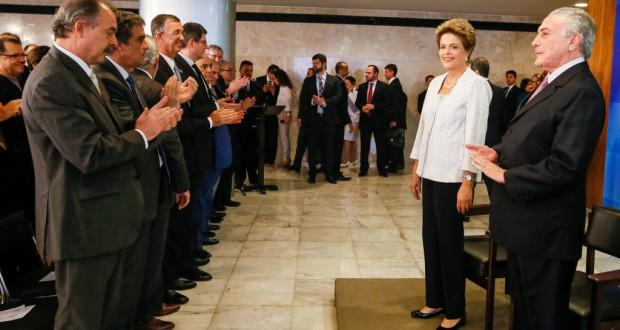 新閣僚発表会見でのジウマ大統領(右から二番目)とテーメル副大統領(右)(Roberto Stuckert Filho/PR)