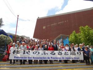 みんな揃って記念撮影。日本メキシコ学院入口にて