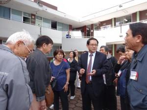 校内の説明をする渡辺靜雄学院長。かつてはホンジュラスのコパン遺跡の修復に携わっていた