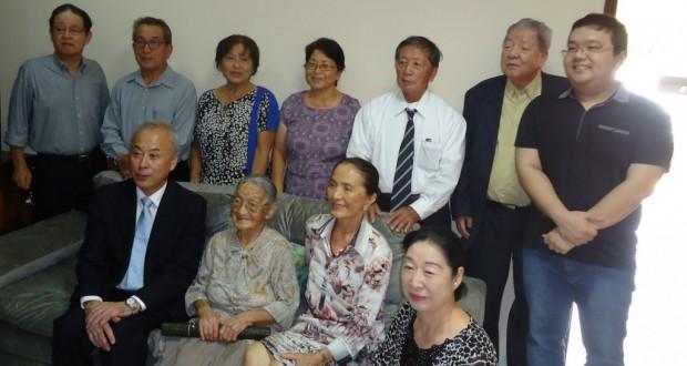 トシヲさん(前列左から2人目)を囲んで記念撮影
