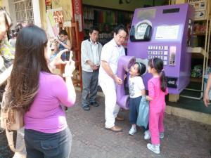 大きな公衆電話に子どもたちも笑顔