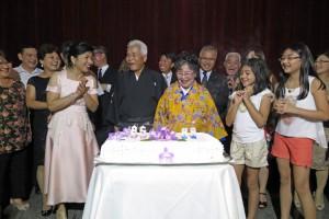 家族全員が満面の笑みを浮かべる中でケーキカット