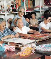ブラジルにある日系人向け老人ホーム「憩の園」の創立者・渡辺マルガリーダさん(故人)と在園者たち。これの日本版がいつかできるだろうか