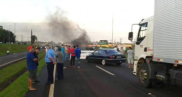 9日朝よりパラナ州で高速道路を封鎖するトラック(Samuel Victor/Comando Nacional do Transporte)