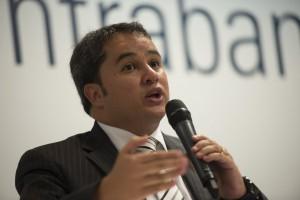 連邦議会の密輸対策委員会で演説するエフライン・フィーリョ連邦下院議員(3月3日、deputado Efraim Filho、Foto: Marcelo Camargo/Agencia Brasil)