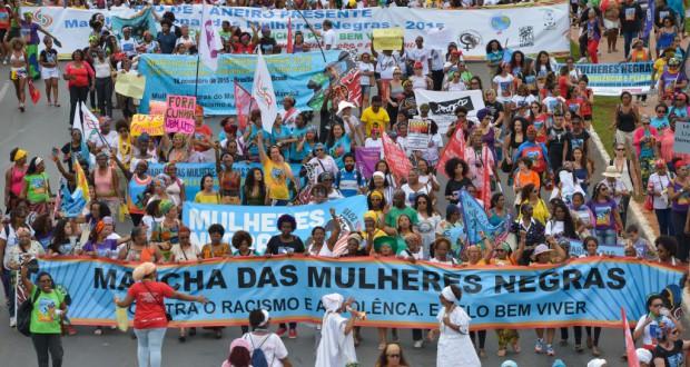 横断幕を掲げて行進に参加する黒人女性達(Marcello Casal Jr./Agência Brasil)