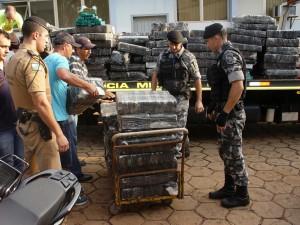 パラグァイからの密輸品を調べるパラナ州軍警(Foto: PMPR, 19/10/2015)