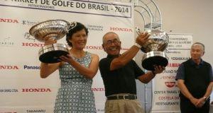 昨年スクラッチで優勝し、トロフィーを掲げるナカムラさん(左)と飯島さん