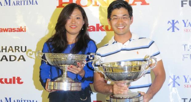 優勝カップを手にする坂口さんと平井さん