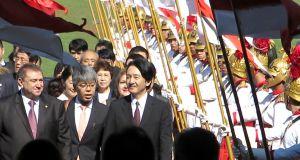 連邦議会の中央玄関に並ぶ、儀仗兵の隊列の中をゆっくりと進まれる秋篠宮さま