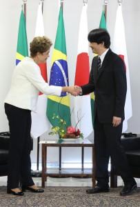 何食わぬ顔で握手するジウマ大統領(Foto: Lula Marques/Agência PT)