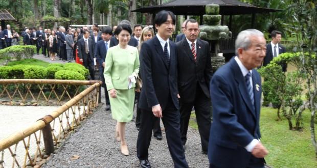 日本庭園内を歩まれるご夫妻