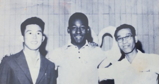 中川芳則さん(左)とペレー(58年頃、ロンドリーナ市内で撮影)