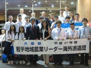 学生12人と県人会員で記念撮影