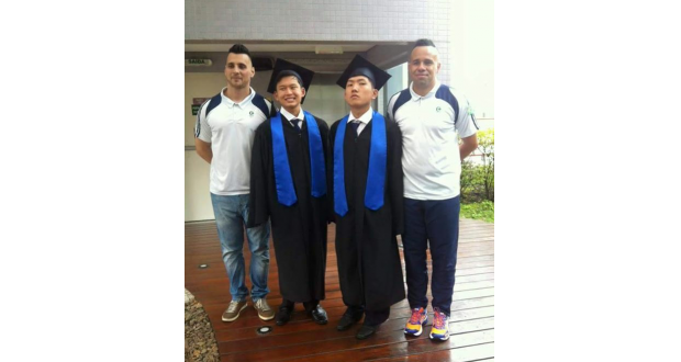 職員から祝福されると顕人さん(中央左)とヒロシさん(同右)(提供写真)