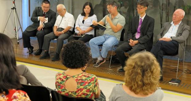 出版会の様子(左から2人目が森田さん、中川さん、遠藤さん、平野名誉教授)