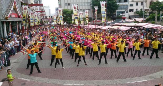 広場を埋め尽くした約200人の健康体操