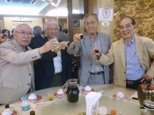乾杯する(左から)山田会長、松尾治文協副会長、中島社長、高木社長
