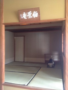 『伯栄庵』は、サンパウロのブラジル日本文化福祉協会のビル4階に作られた、裏千家茶道布教の中心的教場として、半世紀以上の歴史を有する屈指の茶室。『初釜』や『宗旦忌』など、裏千家の大きなイベントがこの茶室で開催される。