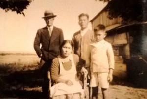 ラ・コルメナ移住地の入植・建設の草分けとなった一家(後=左から石井氏、酒井、前=母テルと邦雄)