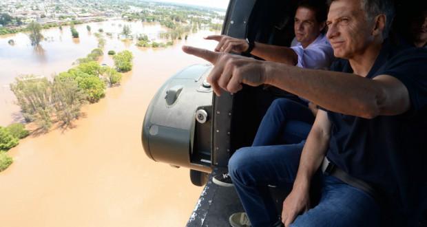 被災地を上空視察する亜国のマクリ大統領(Casa Rosada)