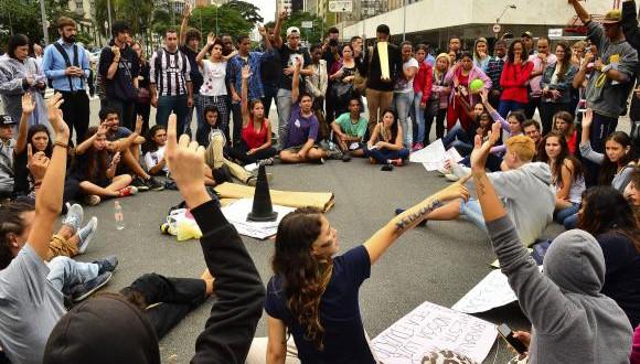 聖州公立校再編への反対運動は路上封鎖にまで広がった(Rovena Rosa/Agencia Brasil)