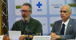 小頭症に関する統計や対策強化について報告するクラウジオ・マイエロヴィッチ感染症監視課長(左)とアントニオ・カルロス・ナルジ健康監視局長(Antonio Cruz/Agência Brasil)