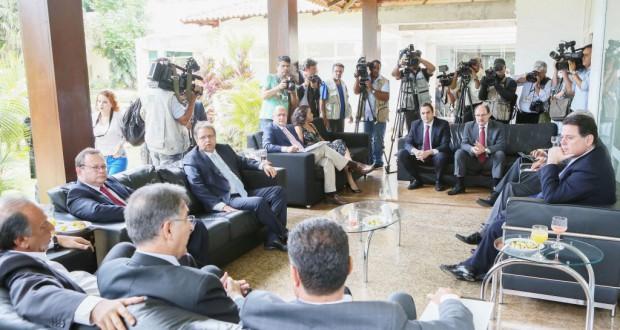 ブラジリアに集まった州知事達とそれを囲む取材陣(Luiz Chaves/Palácio Piratini)