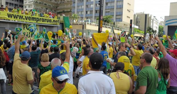 ヴェン・パラ・ルアの街宣車の前に集まって、「ルーラを監獄に!」などと大合唱する参加者
