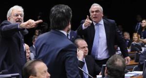 連邦議会の倫理委員会で政敵を指刺しながら、真っ赤になって激論する様子。この調子で、国全体の問題も論じてくれればいいのだが…(Foto: Lucio Bernardo Junior/Câmara dos Deputados)