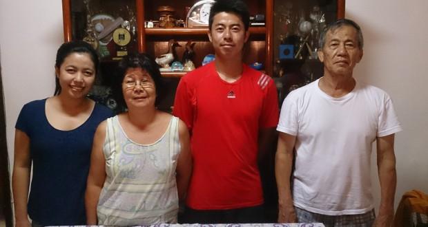 (左から)姉の直美、早苗、オスカル、嗣光さん。ナタルのひと時を家族と過ごし英気を養った