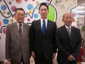 来社した桜井会長、板倉さん、蓮沼総務