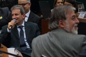 PBの議会調査委員会でのユセフ被告(左) (Fabio Rodrigues Pozzebom/Agencia Brasil)