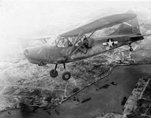 日本軍や住民からトンボと呼ばれた米軍機。見つかると、必ず砲弾に見舞われると恐れられた(沖縄戦米軍記録写真0017)