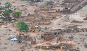 汚泥が通り過ぎた後のマリアナ市は廃墟のようになった(Foto: Antonio Cruz/Agência Brasil, 07/11/2015)