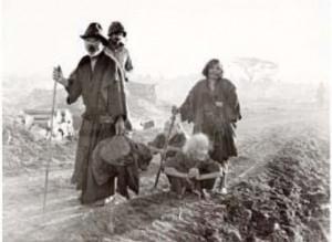 4月2日、上陸翌日の2日に米海兵隊の捕虜になった老人4人(沖縄戦米軍記録写真0297)