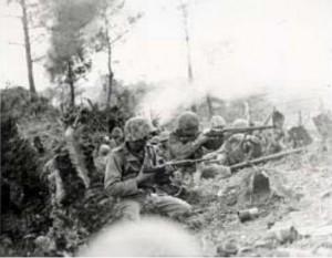 那覇の北2マイル、丘陵の攻防戦では米海兵隊が実に48時間もクギづけにされた(沖縄戦米軍記録写真0051)