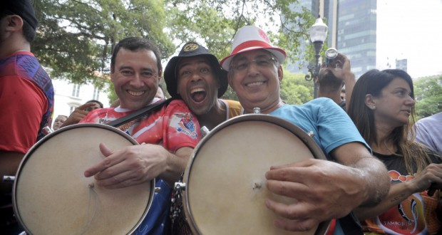 カーニバル開幕イベントで演奏するサンビスタ達(Tania Rego/Agencia Brasil)