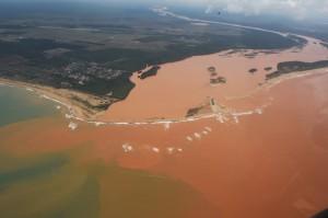 ミナス州に始まるドッセ川は、エスピリットサント州の美しい海岸部に汚泥をもたらし、海の色を変えた(Foto: Fred Loureiro/Secom-ES)